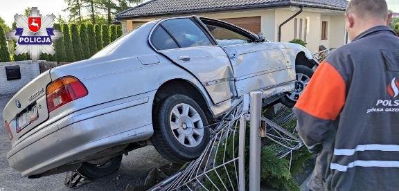 Kierujący BMW na płocie